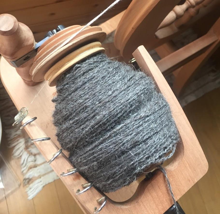 2本の糸を紡ぎ車で撚ったものがボビンにたまったところ