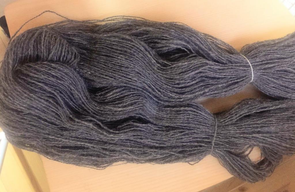 髪の毛みたいですが、かせくり棒から毛糸を外すと、束が輪になった状態になります。