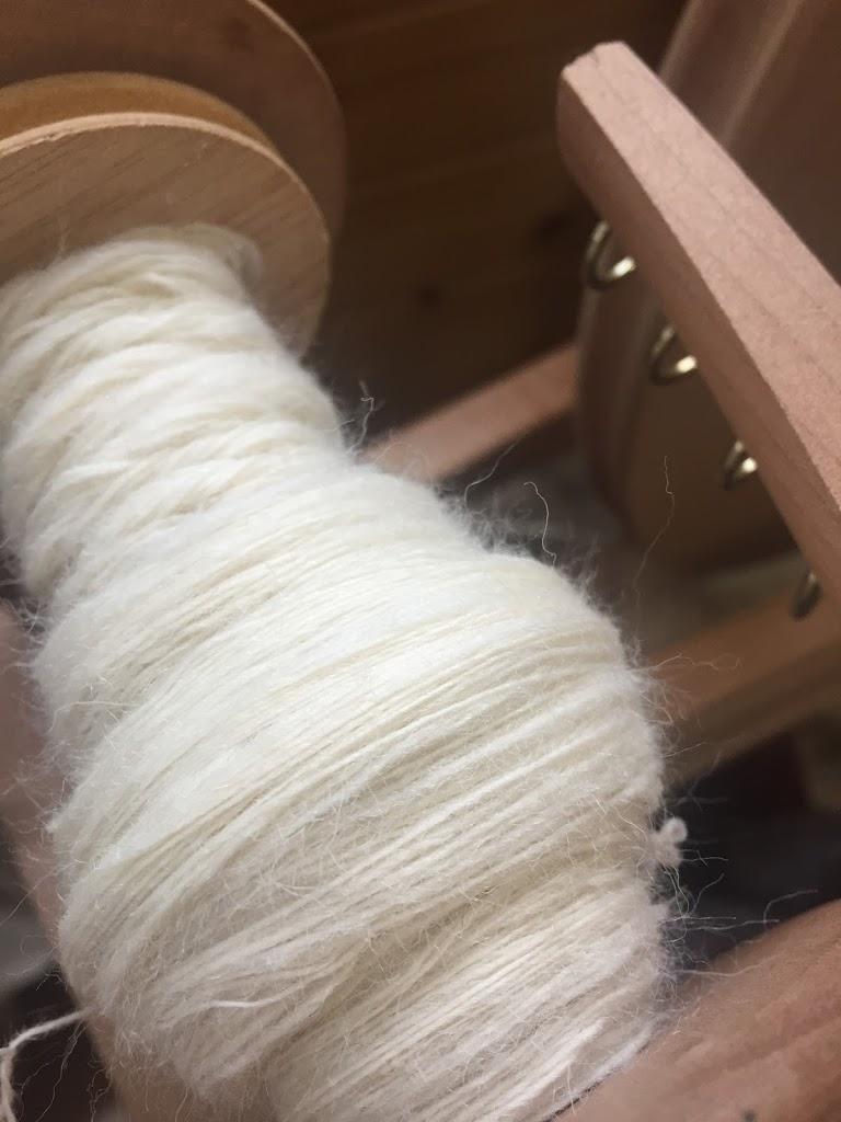 糸車に紡いだ糸がたまった所です