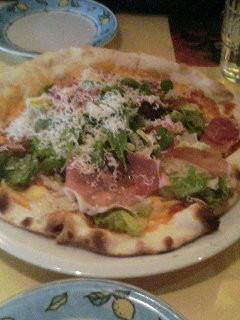 パルマハムと生野菜のピザ@Buco di Muro