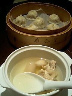 鼎泰豊の小籠包と鳥スープ