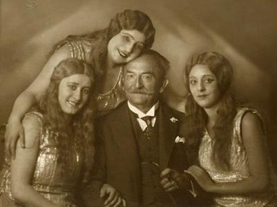 1928年のバイロイトにて、中央のルーデル教授は合唱指揮者です