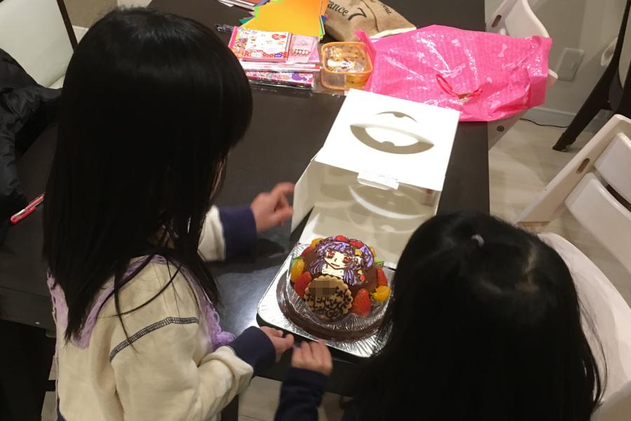 キャラクターケーキを開けるところ