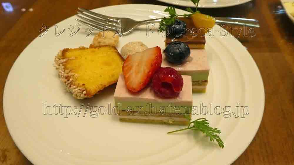 大阪マリオット都ホテルのクラブラウンジでアフタヌーンティーでプチケーキが美味しい