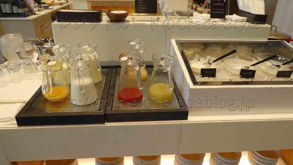 大阪マリオット都ホテルのクラブラウンジで朝食 牛乳、ジュース、ヨーグルトなど