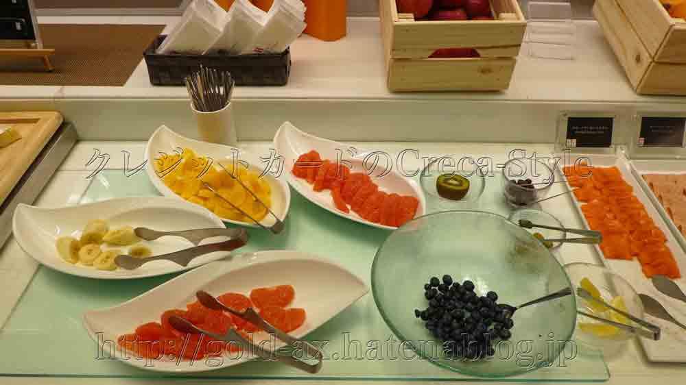 大阪マリオット都ホテルのクラブラウンジ で朝食 フルーツ