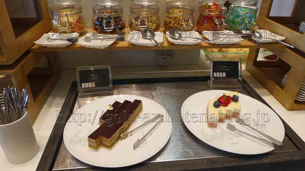大阪マリオット都ホテルのクラブラウンジで2回目のアフターヌーンティーでプチケーキ