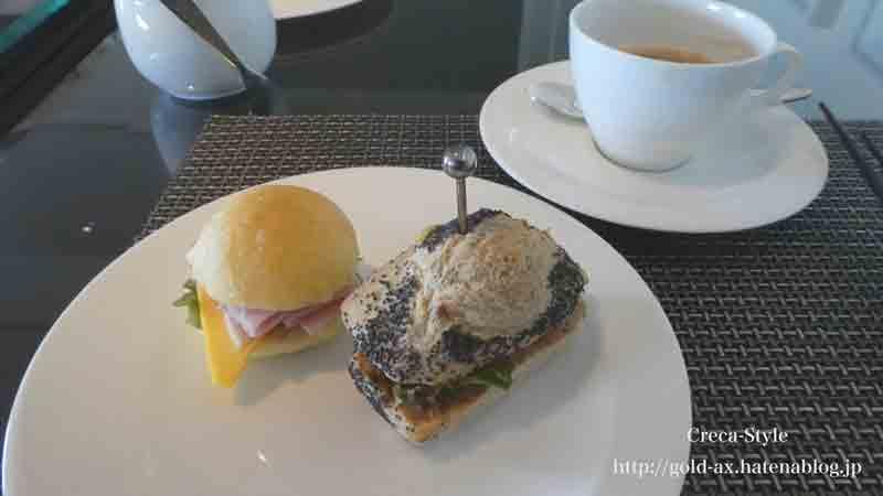 ザ・リッツ・カールトン大阪のクラブラウンジでサンドイッチとコーヒー