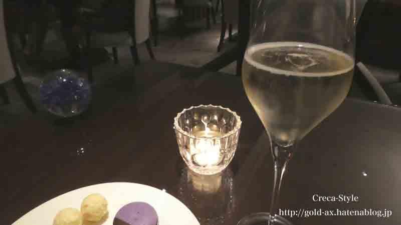 ザ・リッツ・カールトン大阪のナイトキャップのフードプレゼンテーションでスパークリングワイン