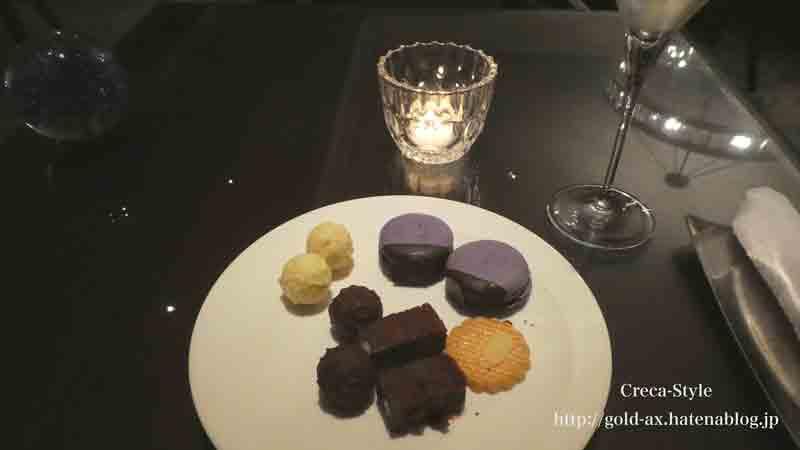 ナイトキャップのフードプレゼンテーションでスパークリングワインとチョコレート