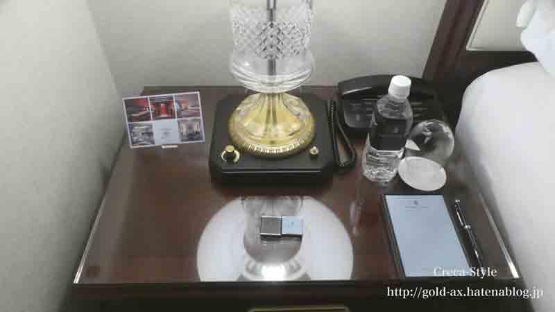 ザ・リッツ・カールトン大阪のターンダウン 枕元にミネラルウォーターとチョコレート
