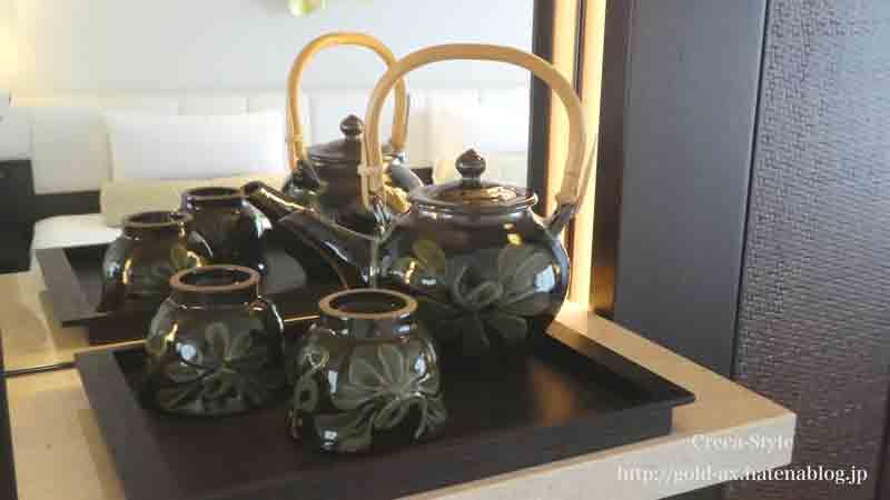 お茶の急須とコップ
