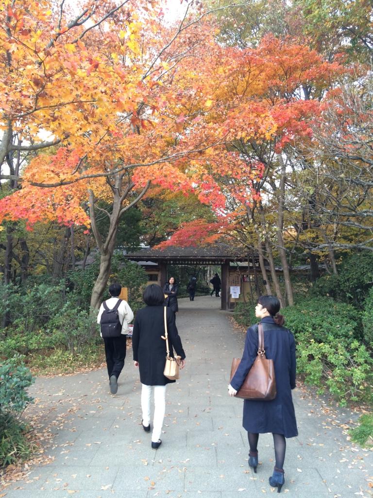 日本庭園の入口前にも紅葉が