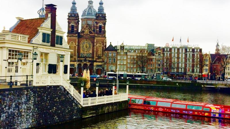 アムステルダム中央駅から見た聖ニコラス教会