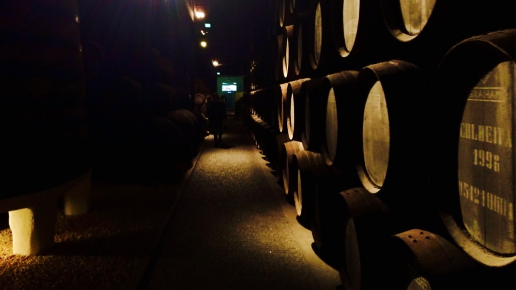 ワイナリーでワインの勉強。初心者にもわかりやすく説明してくれます。