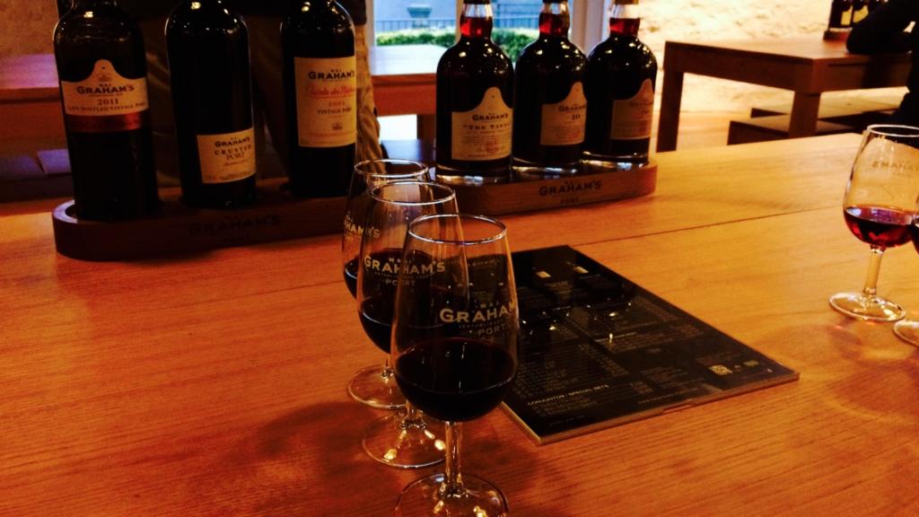 ツアーのあとにはワインの飲み比べ。大人の楽しみ方