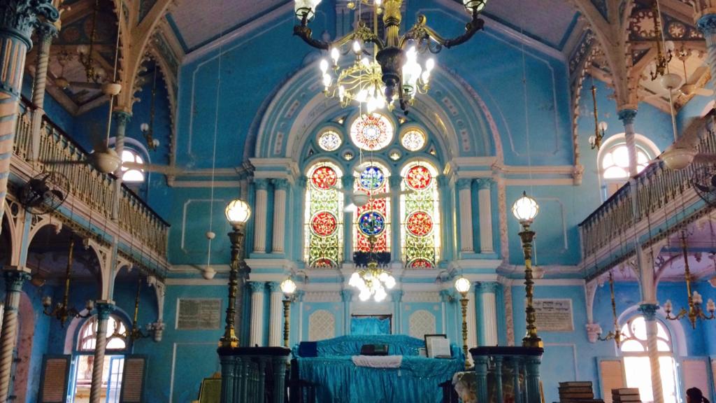 ユダヤ教会「ケネセス・アリヤフ・シナゴーグ」の内装は青一色