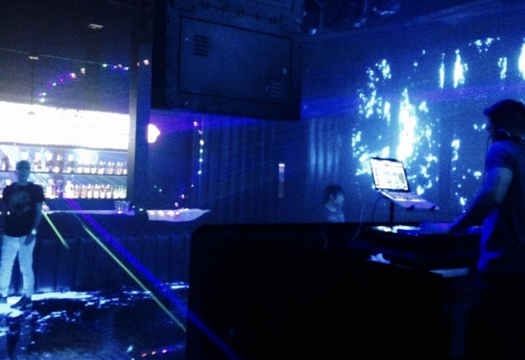 バンコクのナイトクラブでダンスを楽しむ