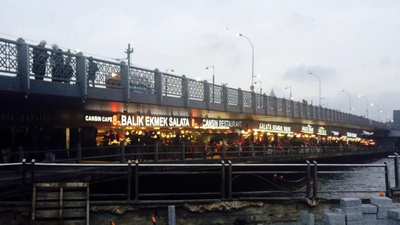 サバサンドを食べるならガラタ橋へ。