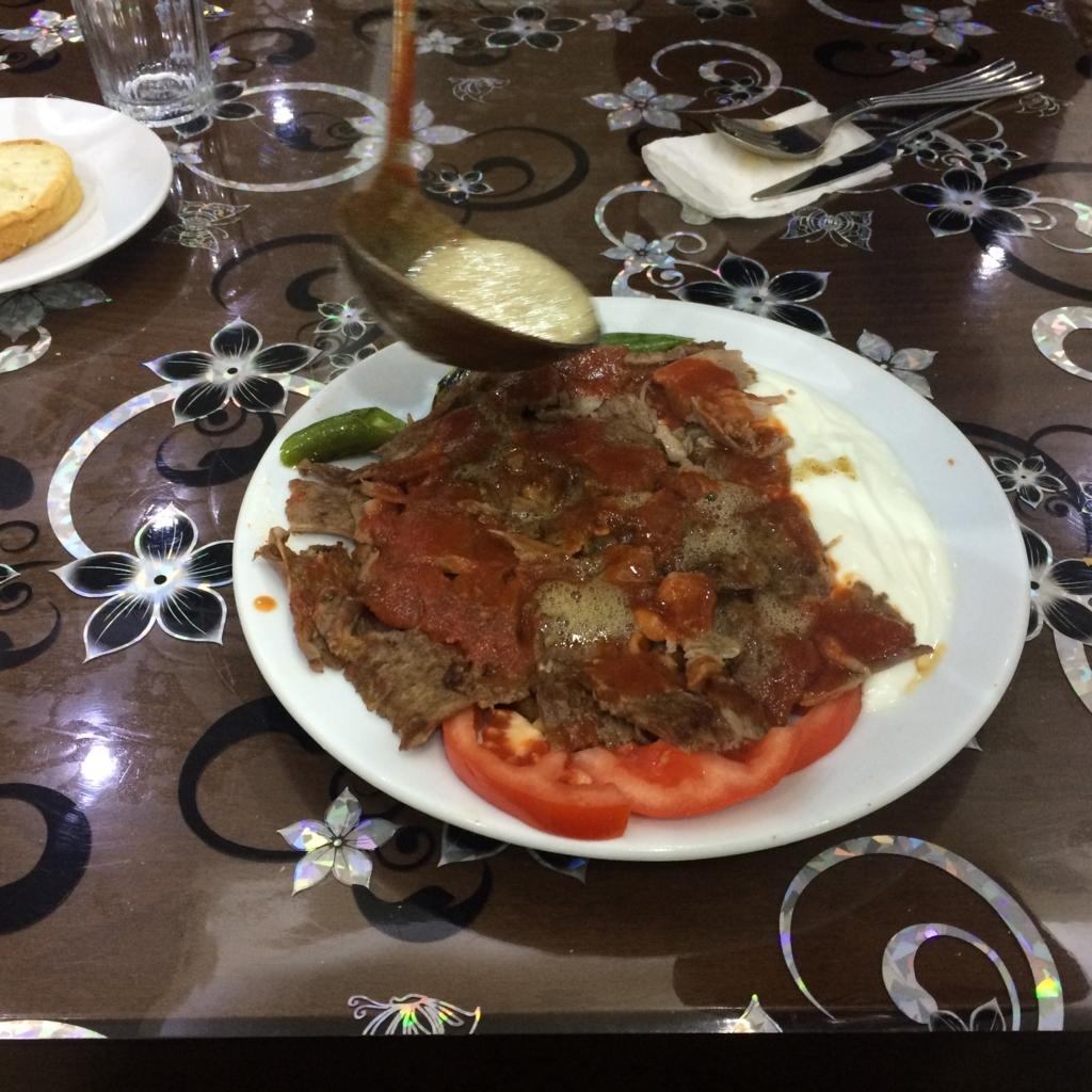 イスカンダルケバブの作り方は、薄い羊の肉にヨーグルト、忘れちゃいけないのが熱々のバター