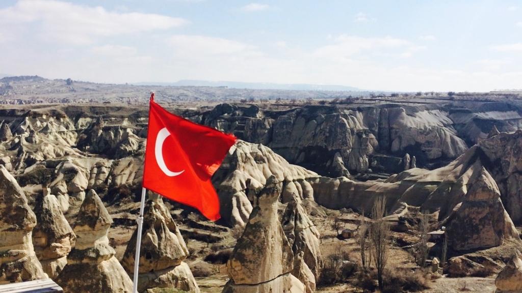 カッパドキアの絶景に揺らめくトルコ国旗