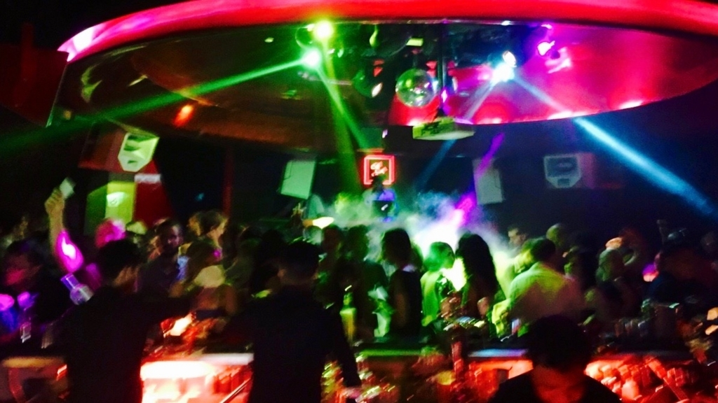 シンガポールのナイトクラブ「セラヴィー」の様子