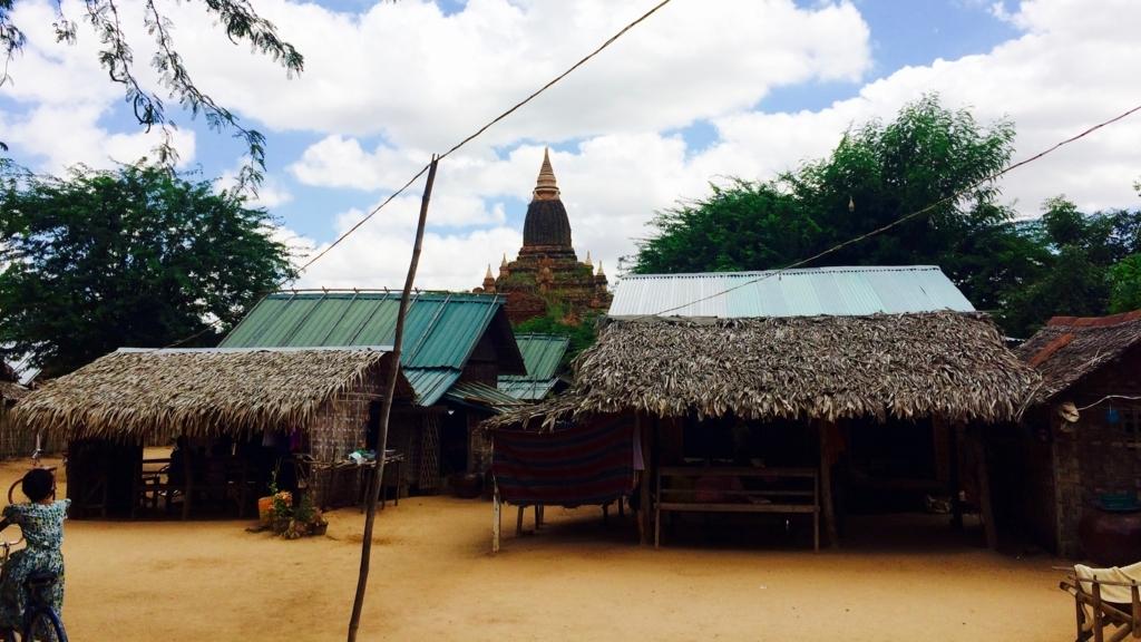 ミンナントゥ村の様子。電柱が竹。