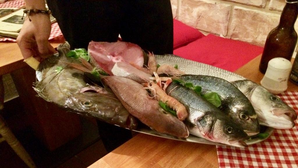 クロアチアシーフードレストランは魚を見ながら頼める