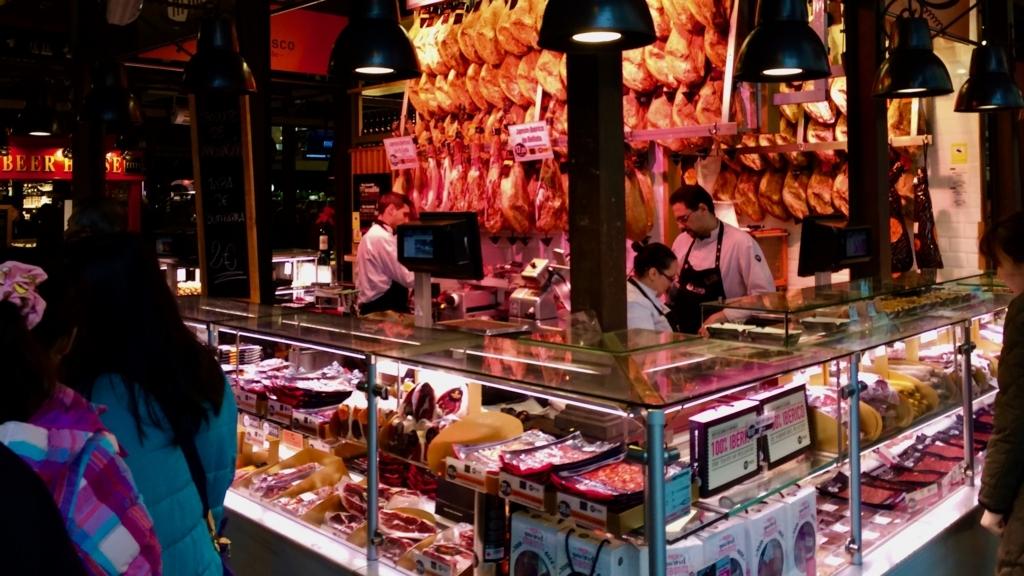「サンミンゲル市場」にはバールやお土産がある