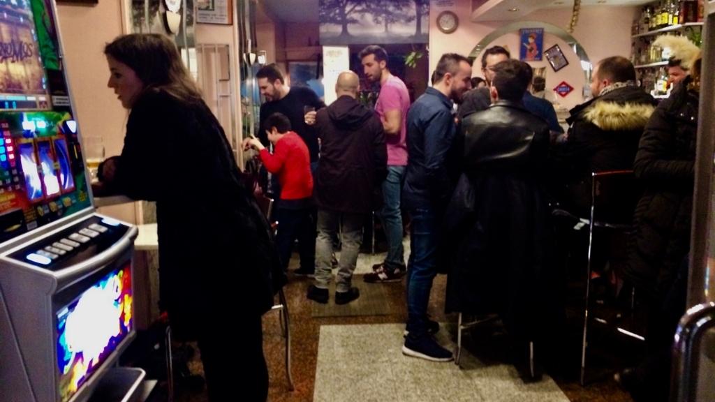スペインの夕飯は22時近いから、子供もバールに。