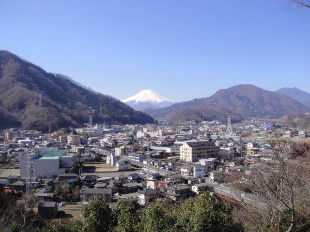 富士山と大月市街