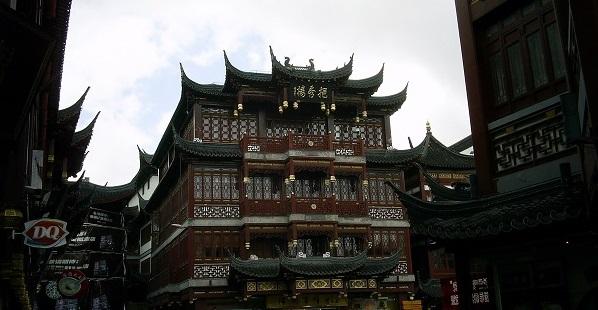 人通りの多い中国の街の様子