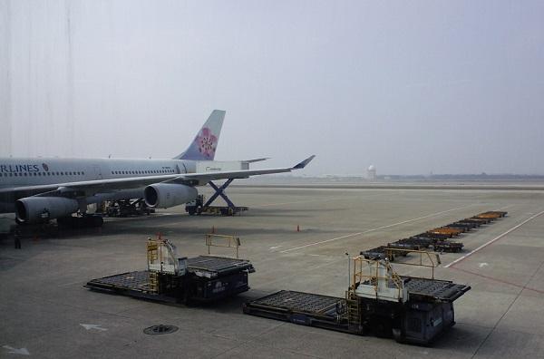 台北桃園国際空港の滑走路に立つチャイナエアライン機