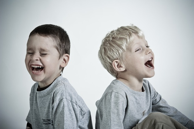 大笑いする子供
