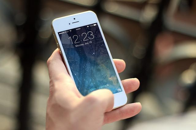iPhoneを手に持った画像