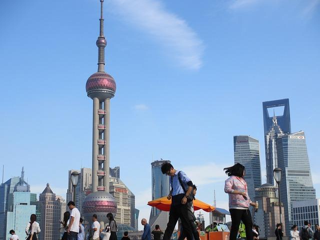 国際都市上海を行くビジネスマン
