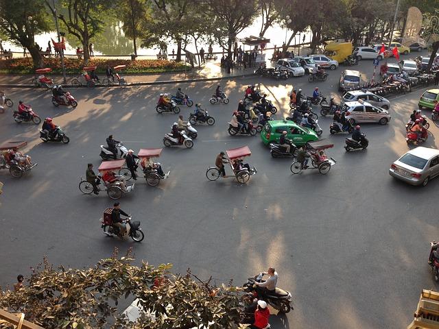 fベトナム、交差点を進むバイク