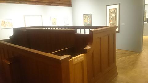 美術館にある証言台