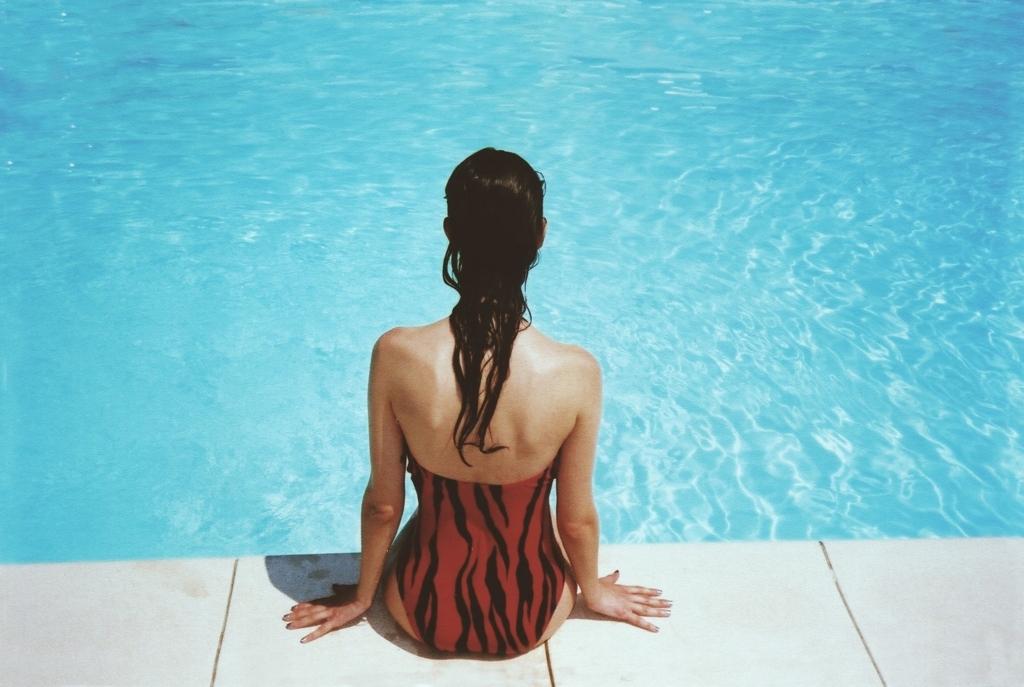 水着で日焼けする女性の画像