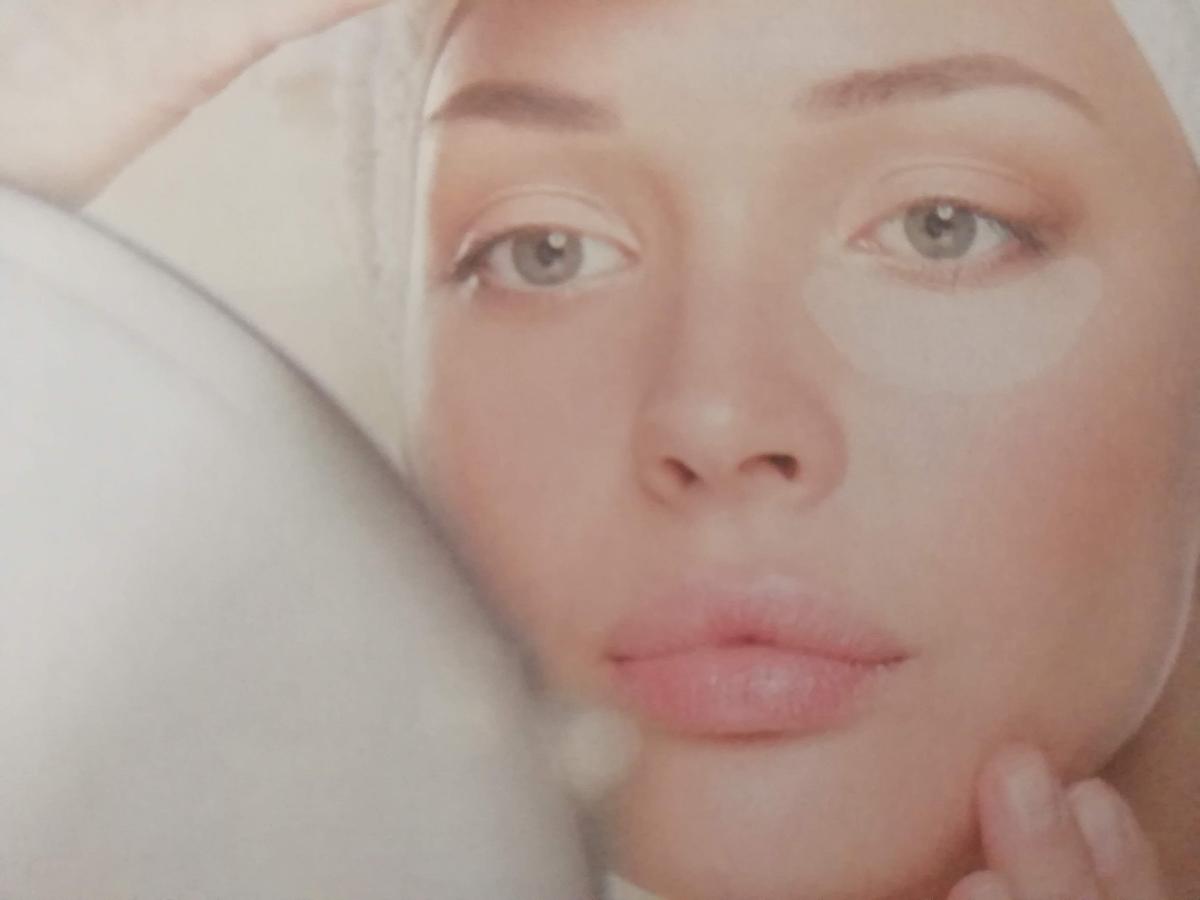 目元パックをした女性の画像
