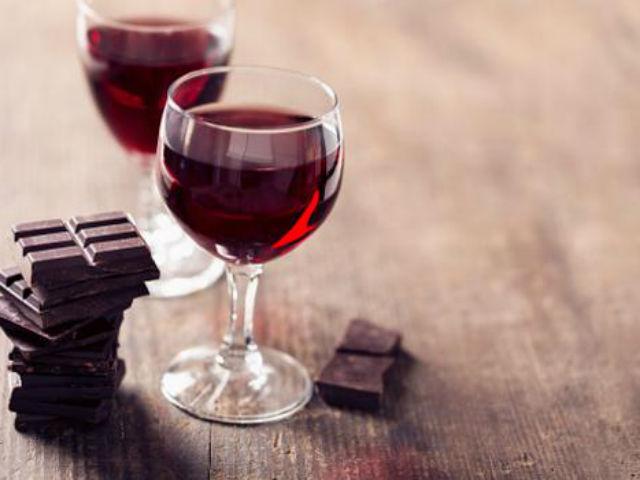 ワインとチョコレートの画像