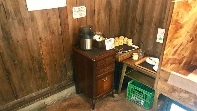 セルフサービスの水とコーヒー