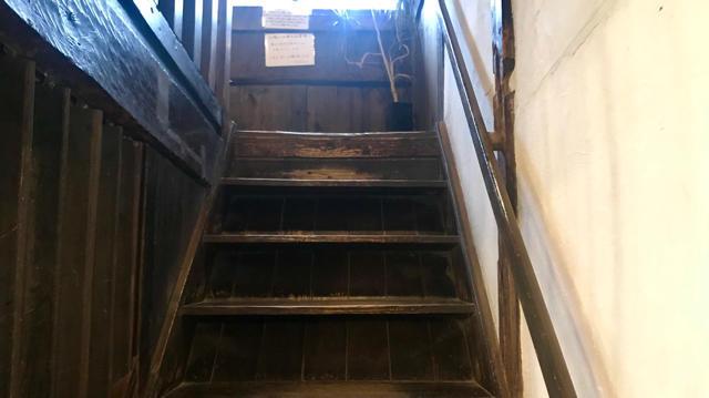 2階のイートインスペースに上がる階段