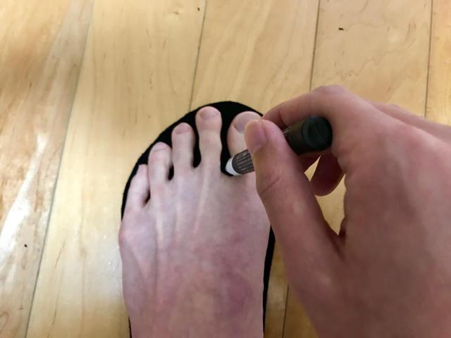 ポンチで穴をあける部分に目印をつける1