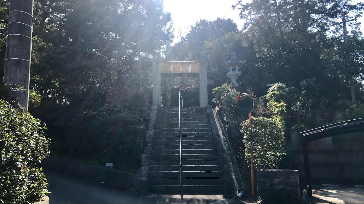 神在神社の参道と階段