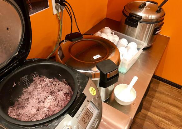 セルフサービスのご飯類とスープ