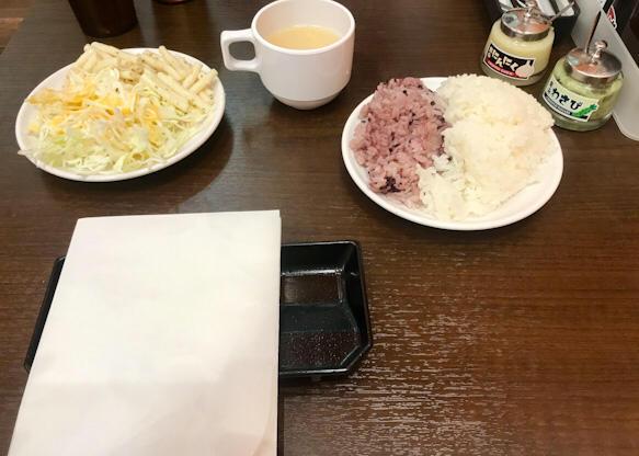 ご飯、サラダ、スープ