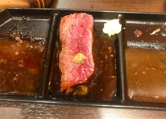 和風だれとわさびをつけた肉