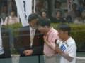 鳩山総理と何か話す鈴木寛参議院議員