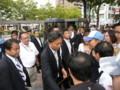有権者と握手する鳩山由紀夫時期総理(23日・船堀駅前で)